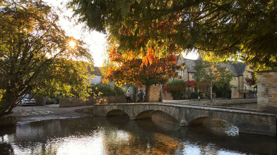 bourton-on-the-water town photo, stone buildings around river windrush
